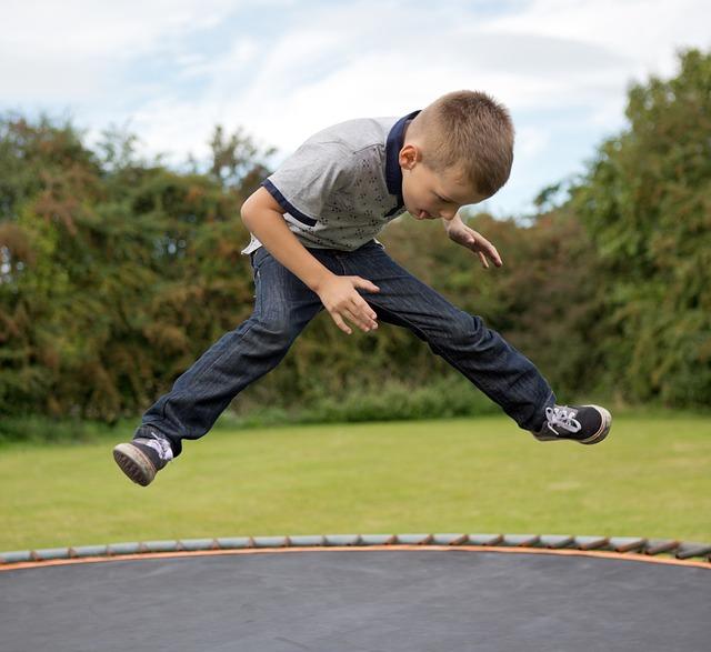 skákající kluk