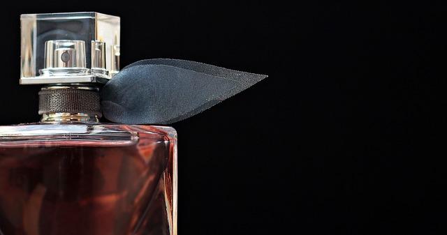 parfém s mašlí