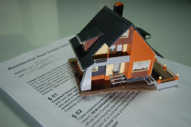 hypoteční smlouva s maketou nemovitosti.jpg
