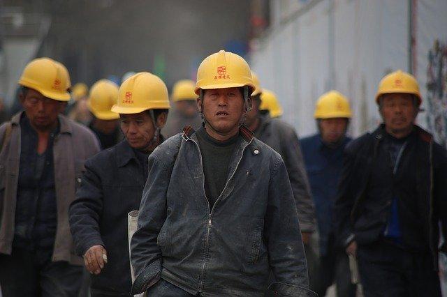 práce v továrně