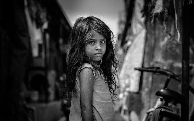 smutná dívka odsuzovaná za barvu pleti