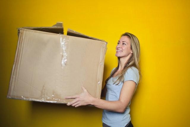 žena s lepenkovou krabicí